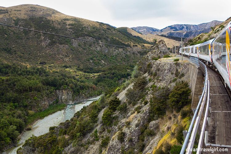 New-Zealand_TranzAlpine09_train-landscape