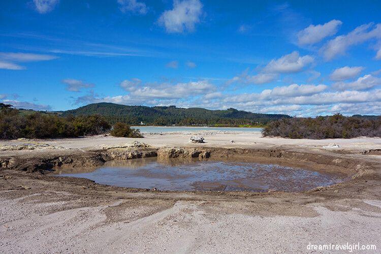 New-Zealand_Rotorua_Rotorua-lake04_boiling-mud