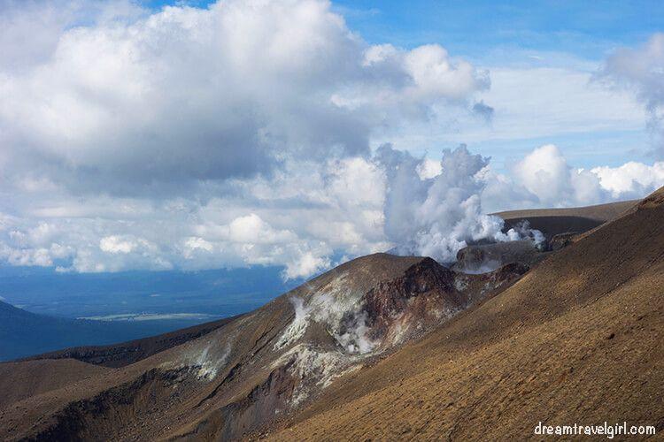 New-Zealand_Tongariro-Alpine-Crossing28-smoky-crater