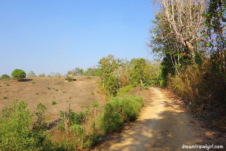 Khun Yuam: dirt path