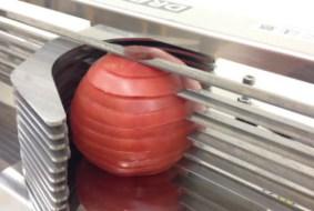 段違いの極薄刃でトマトに無駄な圧力をかけずに引き切り
