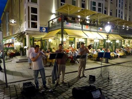Straßenmusiker am Abend