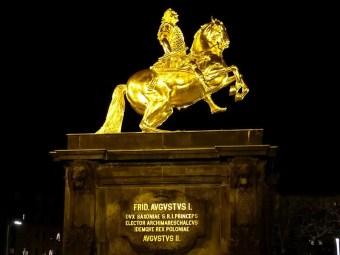 Goldener Reiter bei Nacht