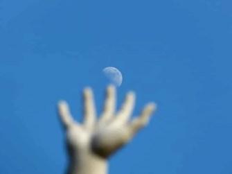 Mit der Hand zum Mond