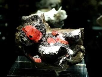 Gestein mit rot Ausstellung