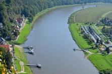 Blick auf Fähre und Elbe
