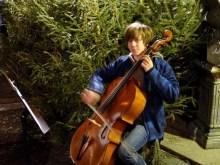 Junge macht Musik