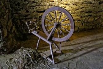 Spinnrad mit Stroh