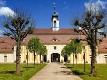 Allee Innenhof Schloss Rammenau mit Turm