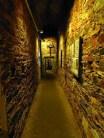 schmaler Durchgang mit Mauerwänden
