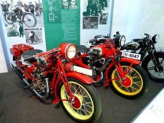 Rote Motorräder mit gelben Felgen