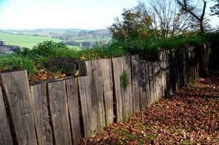 Holzmauer mit Blick in die Landschaft