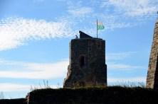 Turm mit Fahne und Himmel