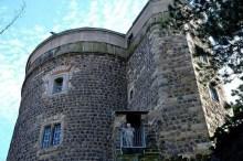 Außenansicht Burg mit kleinem Austritt