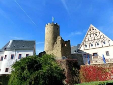Burg Scharfenstein mit Turm und weinbewachsener Mauer