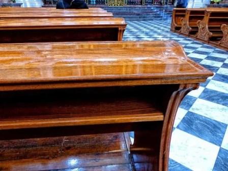 Holzbänke in der Kirche