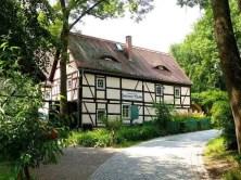 Weg zur Zschoner Mühle mit Fachwerkgebäude