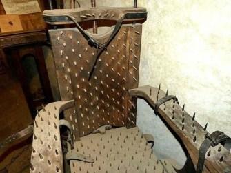 Stuhl mit Nägeln Folter
