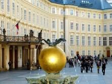 Vorplatz Springbrunnen gold