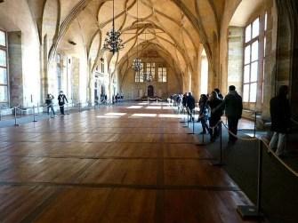 Große Halle Parkett Museum KRonenleuchter