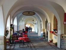 Gang mit Säulen und Café