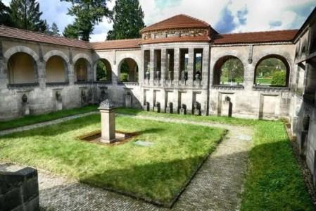 Innenhof mit Grünfläche Urnenhain Tolkewitz Krematorium