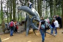 Kinder bekämpfen den Saurier