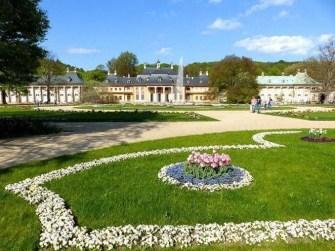 Blumenbeete, Palais und Springbrunnen Schloss Pillnitz