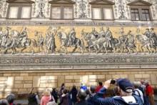 Touristen am Fürstenzug Dresden