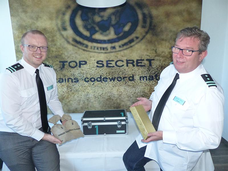 """Benjamin Venter (28, links) und Torsten Meisel (53) mit """"Goldschätzen"""" in FORTNOXX. Bildquelle: meeco Communication Services"""