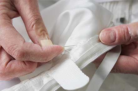 ちょっとしたほつれなどの応急処置は手縫いで行います