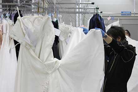 工房にウェディングドレスが到着したら、すぐに検品です。