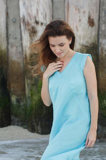 голубое-платье-без-рукавов-из-натуральных-тканей