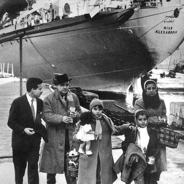 Famille juive d'Égypte sur le quai de départ (navire Misr Alexandria). Port d'Alexandrie, Hiver 1957.