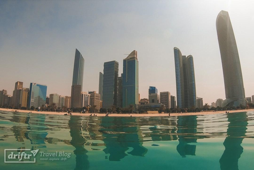 Warmes Nass und klares Wasser am Abu Dhabi Beach