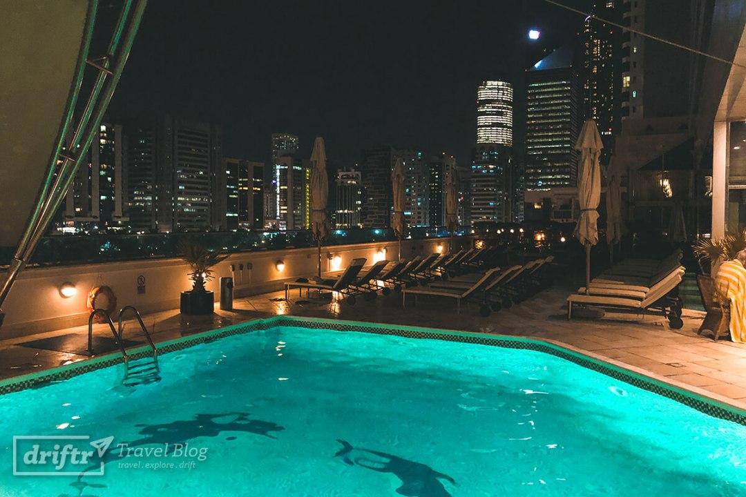 Hotelpool und Blick auf die Skyline Abu Dhabis