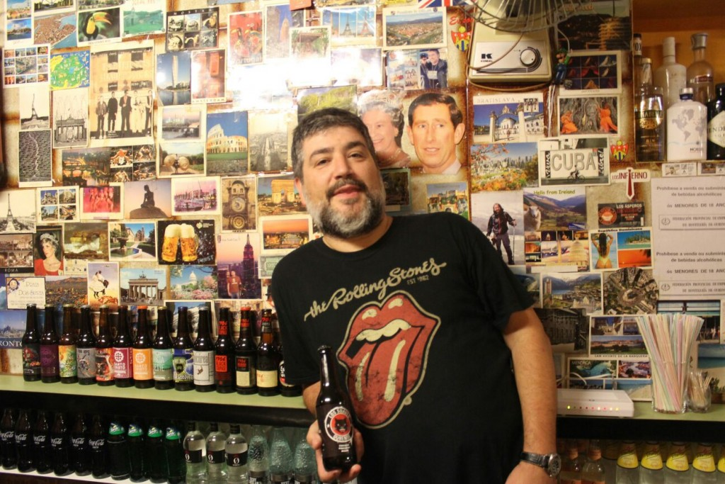 Suso showing off his excellent selection of craft beers at El bar Paris