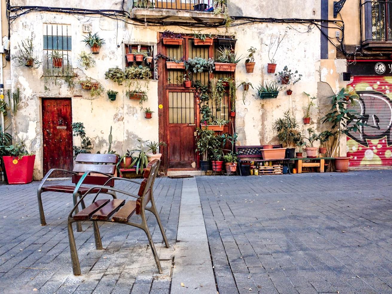 Flower-pot house on Carrer de l'Allada-Vermell in Born, Barcelona