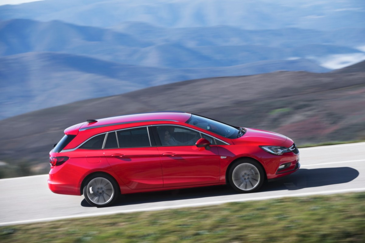 Opel Astra Sports Tourer 2016 rood