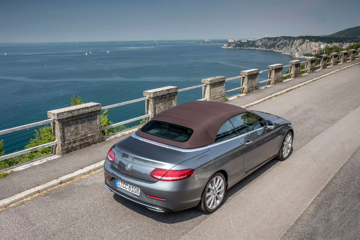 Mercedes-Benz C 250d Cabriolet; Exterieur: Selenitgrau; Interieur: ARTICO schwarz/nussbraun;Stoffverdeck dunkelbraun; Edition 1; Kraftstoffverbrauch kombiniert: 4,6 l/100 km ; CO2-Emissionen kombiniert: 121 g/km; exterior: selenite grey; interior: ARTICO black/nut brown;fabric soft top dark brown; Edition 1; fuel consumption combined: 4.6 l/100 km; CO2 emissions combined: 121 g/km