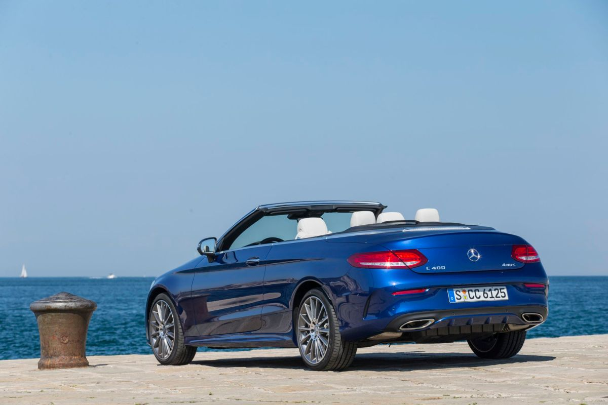 Mercedes-Benz C 400 4MATIC Cabriolet; Exterieur: Brilliantblau; Interieur: Leder kristallgrau/schwarz; Stoffverdeck dunkelblau; AMG Line Kraftstoffverbrauch kombiniert: 8,0 l/100 km; CO2-Emissionen kombiniert: 181 g/km; exterior: brilliant blue; interior: leather crystal grey/black; fabric soft top dark blue; AMG Line; fuel consumption combined: 8.0 l/100 km; CO2 emissions combined: 181 g/km