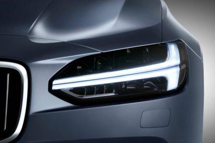 2016-Volvo-S90-sedan-daytime-light-1