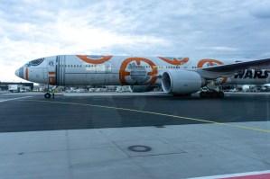 """Nach der Landung in Frankfurt, ein Flieger der """"ANA"""" in Star Wars Lackierung."""