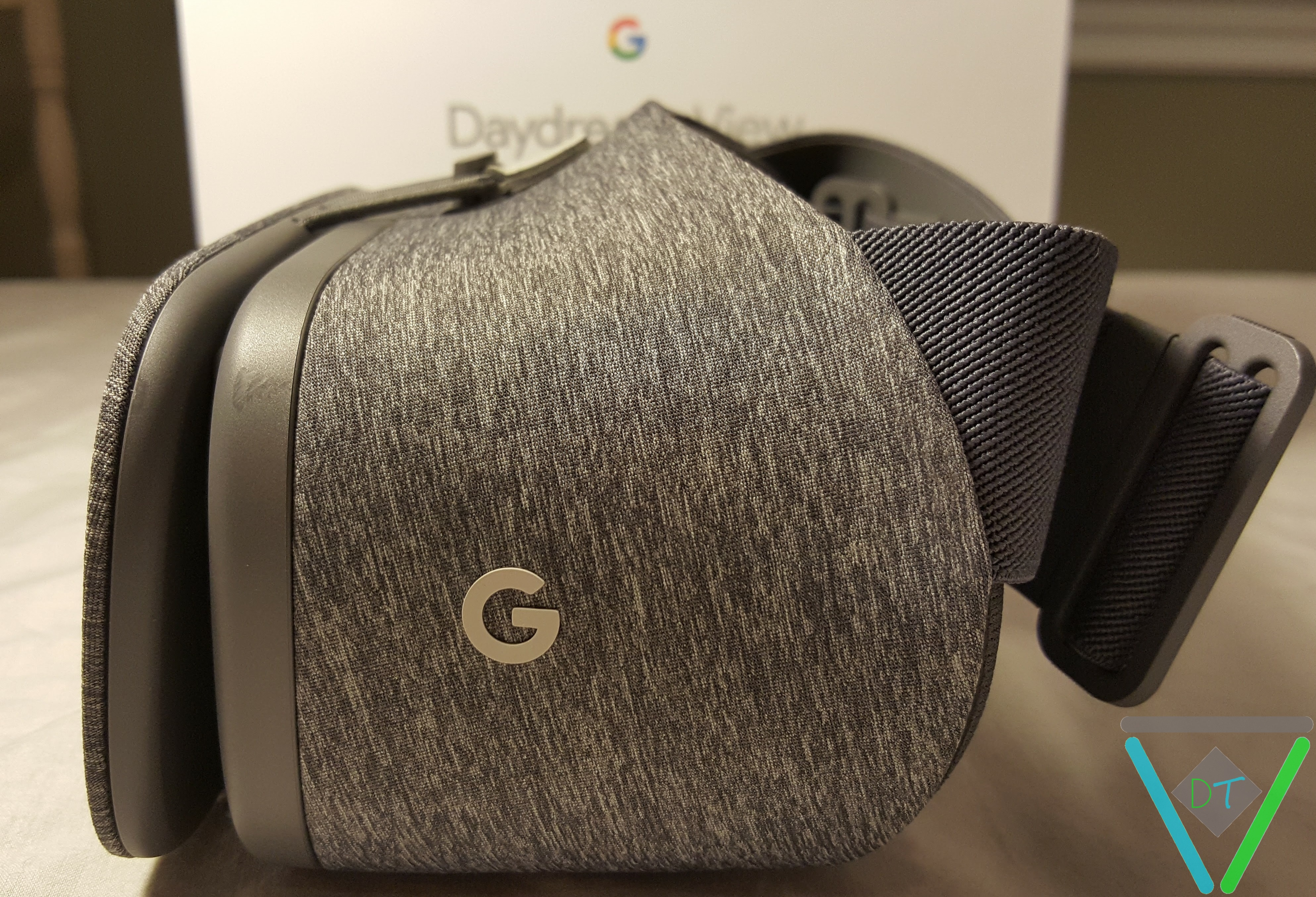 Google_Daydream_View_headset_side_view_DT