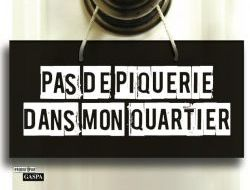 affiche officielle: une poignée de porte avec un message suspendu PAS DE PIQUERIE DANS MON QUARTIER.