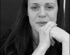 Photo de madame Lalonde : env. 30 ans, jeune femme, cheveux longs, elle tient ses mains près de son menton, ses coudes sur une table. Elle semble un peu fatiguée.