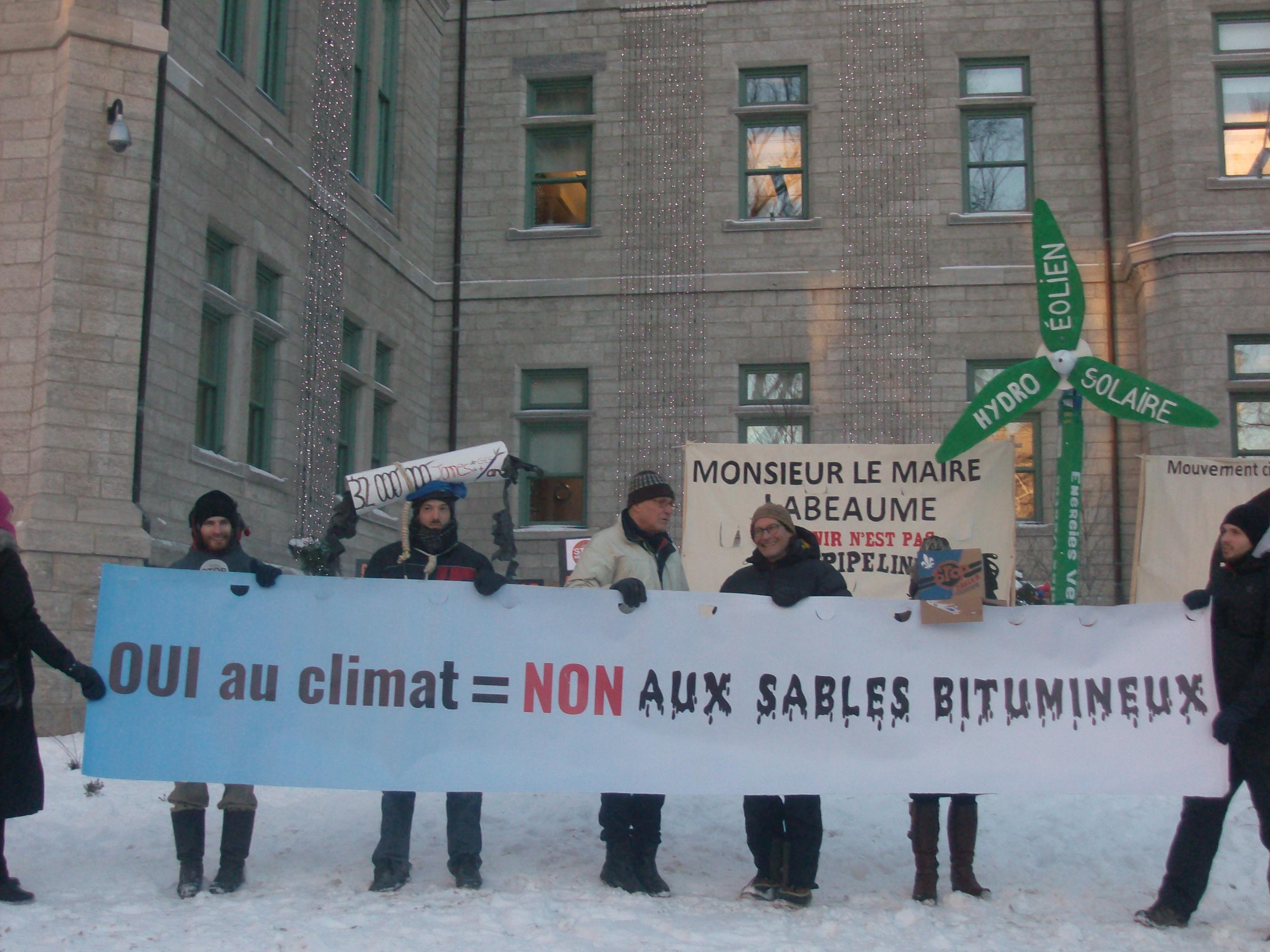 Rassemblement devant l'Hôtel de ville de Québec, lundi 15 février 2016.    Photo: Nathalie Côté