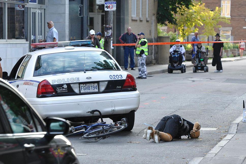 une scène de la reconstitution faite par la SQ de la collision entre l'auto-patrouille de Simon Beaulieu et la bicyclette, au cours de laquelle Guy Blouin a trouvé la mort