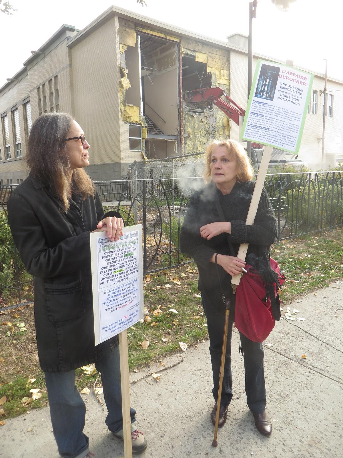 Line Plamondon et Lise Beaupré, à côté du mur commencé à être démoli le 12 octobre