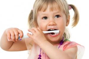 enfant se brosser les dents